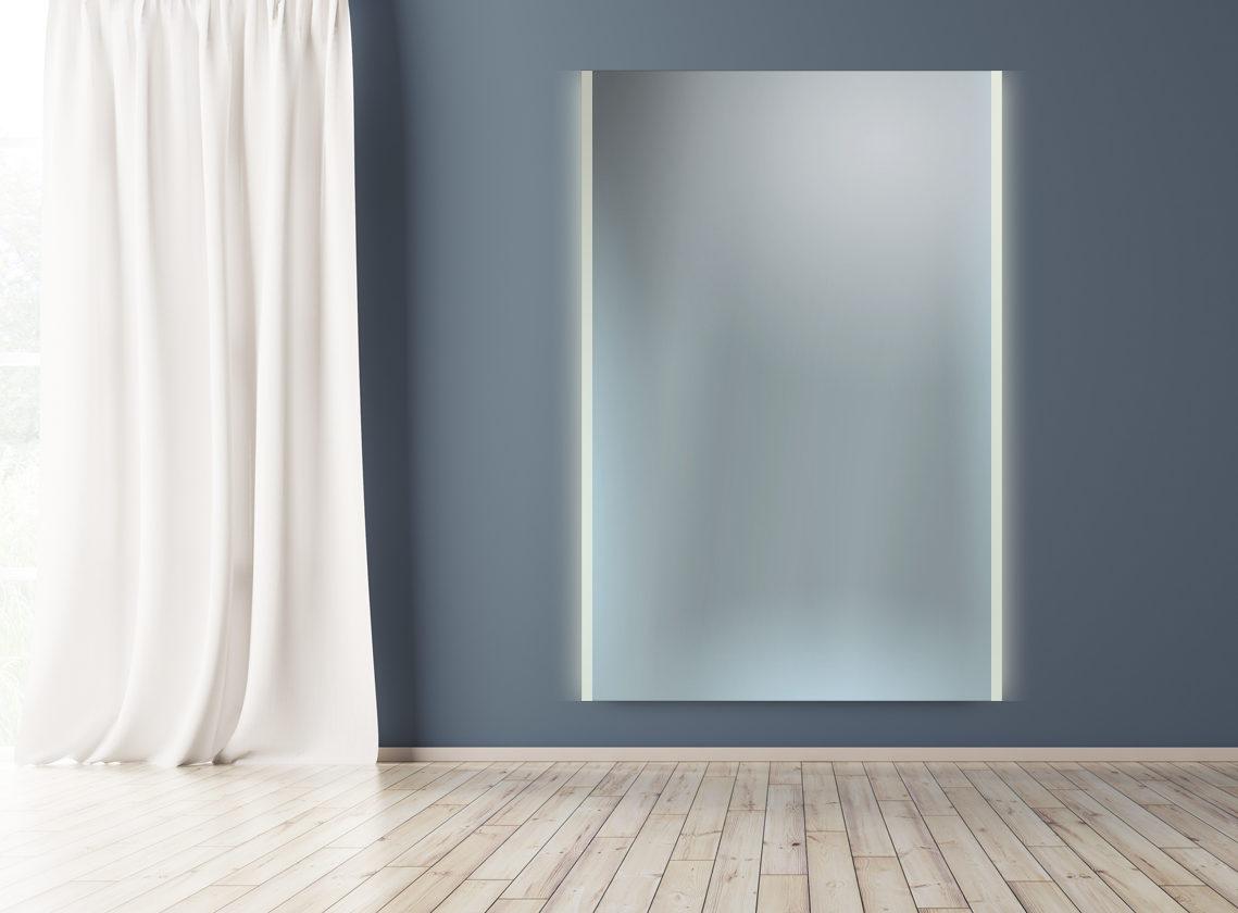 Badspiegel mit mattiertem Rand und Hintergrundbeleuchtung