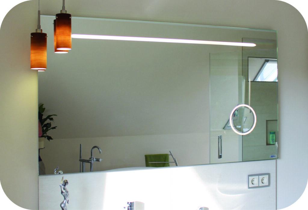 Schlichter Badspiegel mit Funktion
